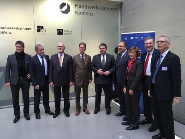 Zur Auftaktveranstaltung in Koblenz begrüßten mehr als 100 Vertreter der mittelständischen Wirtschaft Bundeswirtschaftsminister Sigmar Gabriel (Mitte), darunter ZDH-Präsident Hans Peter Wollseifer (4.v.r.), HwK-Hauptgeschäftsführer Alexander Baden (2.v.r.) wie auch Präsident Kurt Krautscheid (2.v.l.); Foto: HWK Koblenz