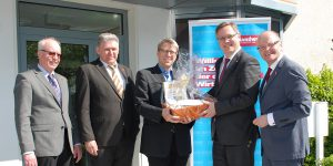 Mitglieder von Vorstand und Geschäftsführung der Kreishandwerkerschaft Dortmund und Lünen gratulierten Hauptgeschäftsführer Assessor Joachim Susewind herzlich zu seinem silbernen Dienstjubiläum.
