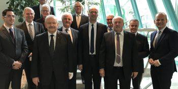 Trafen sich zum Jahresgespräch: Clemens Klinke, Dekra SE (2.v.l.), Jürgen Karpinski, ZDK (5.v.l.), Dr. Gerd Neumann, Dekra Automobil GmbH (6.v.l.). Foto: ProMotor.