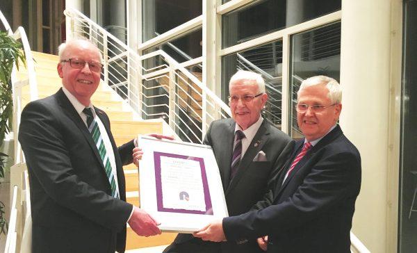 """Verleihung des Ehrenrings des """"Raumausstattenden Handwerks"""" an Franz Steinweg"""