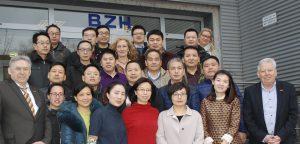Geschäftsführer Volker Walters (l.) und Michael Eissing (r.), stellv. Geschäftsführer des Bildungskreises Handwerk e.V. begrüßten die Chinesische Delegation am Mittwoch in den Werkstätten des Handwerks in Dortmund-Körne.