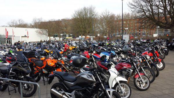 Motorradmesse Dortmund: Neuer Eingang und geschäftiger Samstag