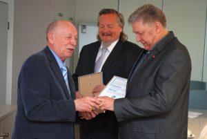 Geschäftsführer Volker Walters (r.) bekam den Ring von Ehrenobermeister Gerhard Kullik gleich aufgesteckt.