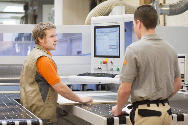 Um den Bedarf an gut qualifizierten Mitarbeitern decken zu können, wird die Bedeutung der beruflichen Weiterbildung im Tischlerhandwerk zunehmen. Bild: Bettina Engel-Albustin / Tischler NRW