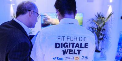 Fit für die digitale Welt: VDE, ZVEH und ZVEI präsentieren den Besuchern viele smarte Anwendungen. Bild: ZVEI/Bollhorst