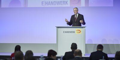 ZVEH-Präsident Lothar Hellmann sprach beim E-Kongress über die Rolle der E-Branche in Zeiten der Digitalisierung. Bild: Christoph Bünten