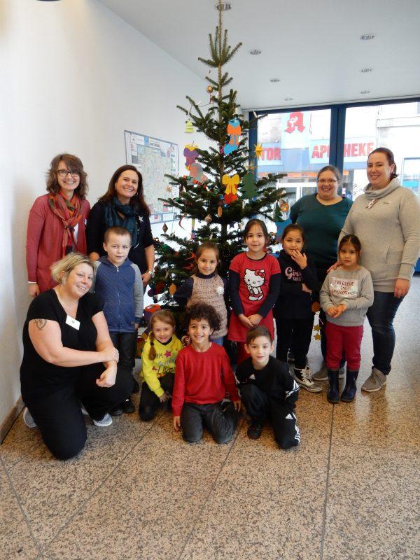 Kinder schmücken Weihnachtsbaum der IKK classic in Dortmund
