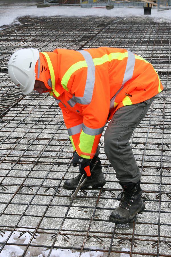 """Die Beschäftigten und Baustellen müssen für den Winterbetrieb vorbereitet und ausgerüstet sein. Quellenangabe: """"obs/Thomas Lucks/BG BAU"""""""