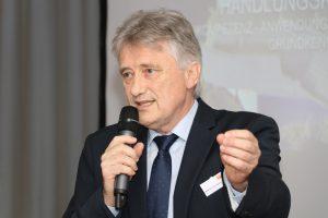 Hartmut Müller, leitender Regierungsschuldirektor bei der Bezirksregierung Köln, setzt sich dafür ein, dass Lehrkräfte in Sachen Digitalisierung geschult werden. Foto: Tischler NRW