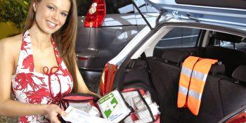 Warndreieck, Verbandkasten und Warnwesten sollten im Auto griffbereit sein. Foto: ProMotor