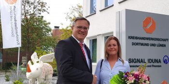 Hauptgeschäftsführer Joachim Susewind (links) überreichte Laura Bormann einen Blumenstrauß und gratulierte recht herzlich. Foto: Kreishandwerkerschaft