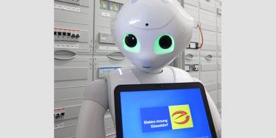 Roboter PEPPER empfängt jeden Gast mit Smalltalk. In Zusammenarbeit mit einer Wi-Fi-Kaffeemaschine kann er auch als Barista tätig werden. Bild: Uwe Isenbügel