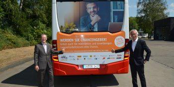 v.l.: Jobcentergeschäftsführer Frank Neukirchen-Füsers und DSW21-Vorstand Manfred Kossack stellen die neue Buswerbung vor. Bild: Michael Schneider/ Jobcenter Dortmund