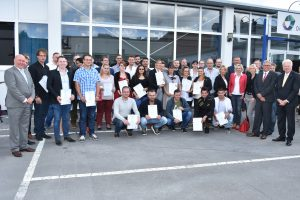 Die frischgebackenen Gesellen mit Oberbürgermeister Ullrich Sierau sowie Geschäftsführer und Vorstand der Gebäudereiniger-Innung Dortmund (rechts im Bild)