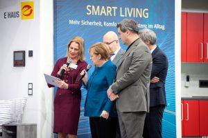 Bundeskanzlerin Angela Merkel (M.) bei einer Führung durch das E-Haus. Bild: Bundesregierung / Bergmann
