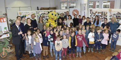 Die Kreishandwerkerschaft hatte die Sieger-Kitas zur Preisverleihung in die Tischler-Werkstatt des Bildungszentrums Handwerk in Dortmund-Körne eingeladen.