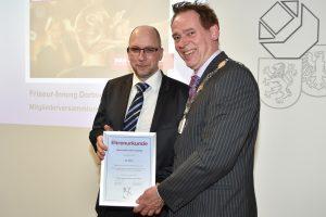 Friseurmeister Dirk Twieling bekam eine Urkunde für 25 Jahre Innungsmitgliedschaft.